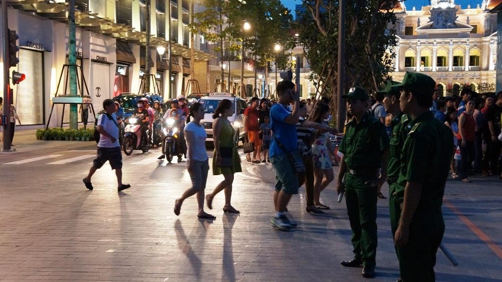 Từ rất sớm, ghi nhận tại phố đi bộ Nguyễn Huệ, người dân và khách du lịch đã tập trung rất đông