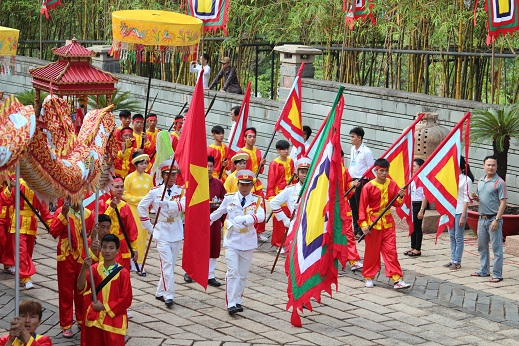 7h30, đoàn rước lễ bắt đầu tiến vào đền thờ