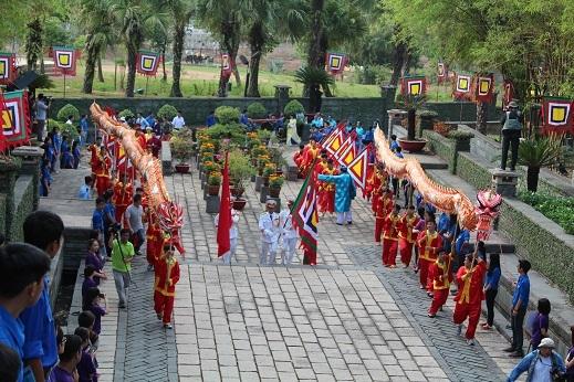 Đội múa rồng dẫn đầu đoàn rước lễ tiến vào bên trong