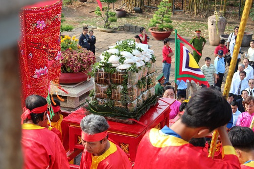 Lễ vật được thành kính dâng lên các vua Hùng