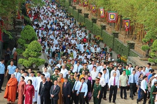 Rất đông người dân cũng đến dự lễ dâng hương