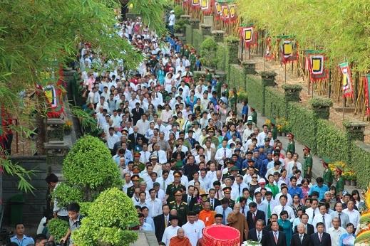 Hàng chục ngàn người từng bước nối tiếp nhau vào đền