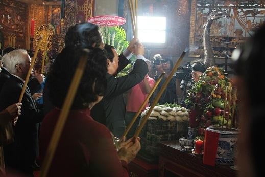 Các đại biểu tiến hành dâng những nén hương đầu tiên lên các vua Hùng