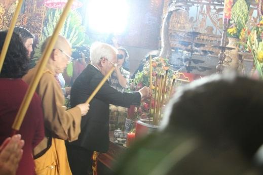 Đại diện lãnh đạo thành phố thành kính dâng hương lên Quốc Tổ Hùng Vương