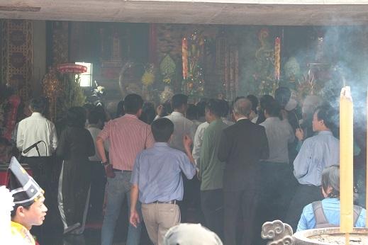 Từng dòng người cũng trật tự cầm trên tay nén hương trầm bước vào đền dâng lên các vị vua Hùng.