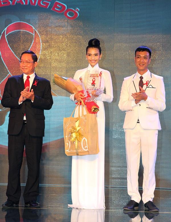 Trương Thị May bất ngờ khi được xướng tên nhận giải thưởng của chương trình.