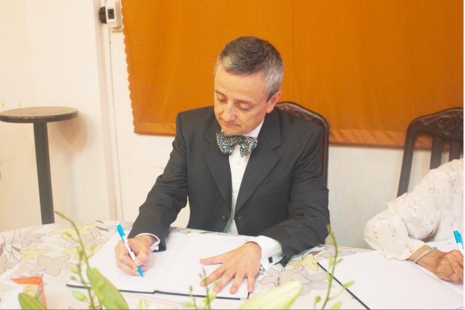 Ông Emmanuel Ly - Batallan viết sổ tang