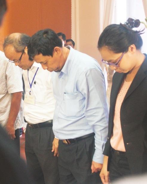 Ông Nguyễn Thanh Tùng, Phó chánh văn phòng UBND thành phố Hồ Chí Minh ghi sổ tang