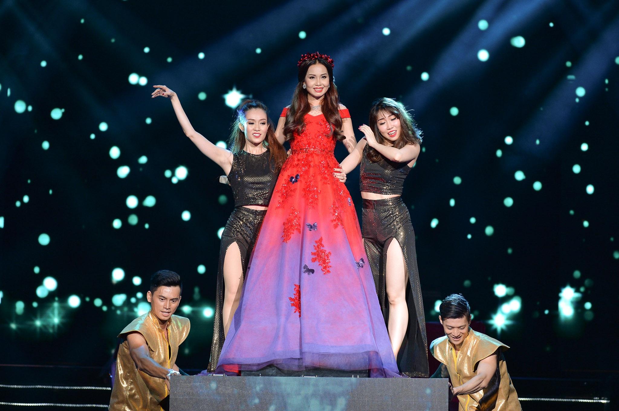 Cẩm Ly xuất hiện ấn tượng ở tiết mục mở màn với phần thể hiện những ca khúc nhạc trẻ.