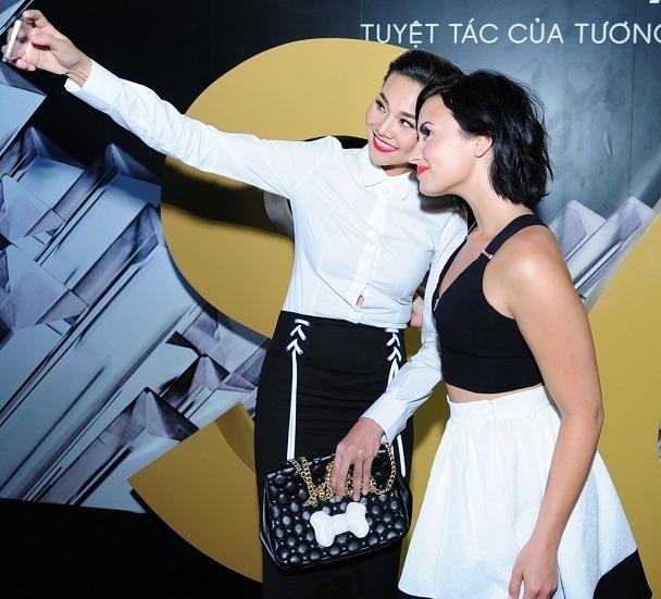 Demi chụp ảnh lưu niệm cùng siêu mẫu Thanh Hằng.