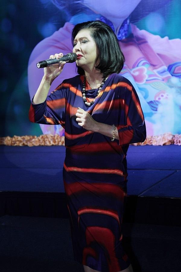 Ca sĩ Họa Mi hát trong buổi ra mắt liveshow