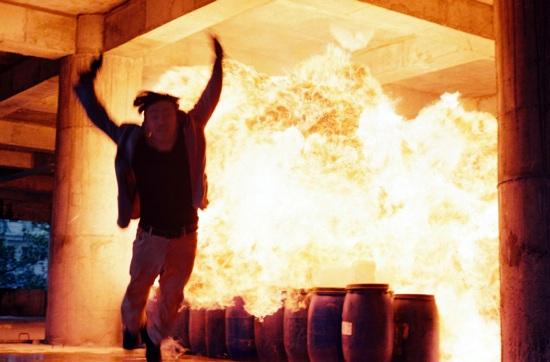 Nam diễn viên kỳ cựu Lý Hùng trong một cảnh quay khói lửa của phim Kế hoạch 99