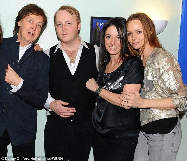 Paul McCartney cùng những người con của mình.
