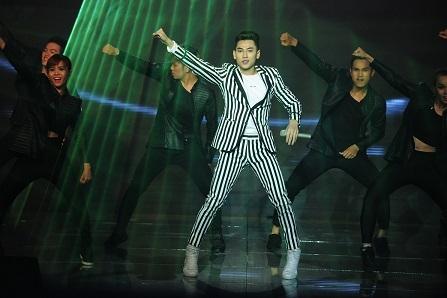Isaac tiếp tục thể hiện sự lôi cuốn trên sân khấu với liên khúc