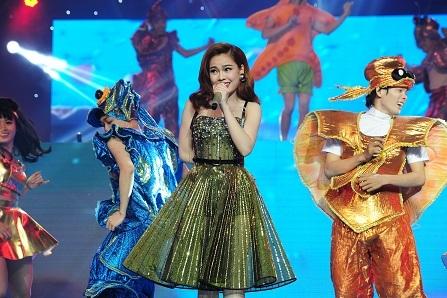 Trong khi đó, Giang Hồng Ngọc xuất hiện với hình ảnh dễ thương trong ca khúc