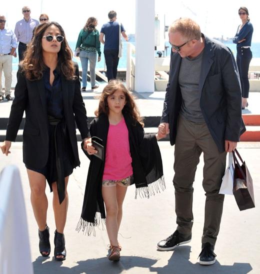 Nữ diễn viên người Mexico cùng chồng và con gái.