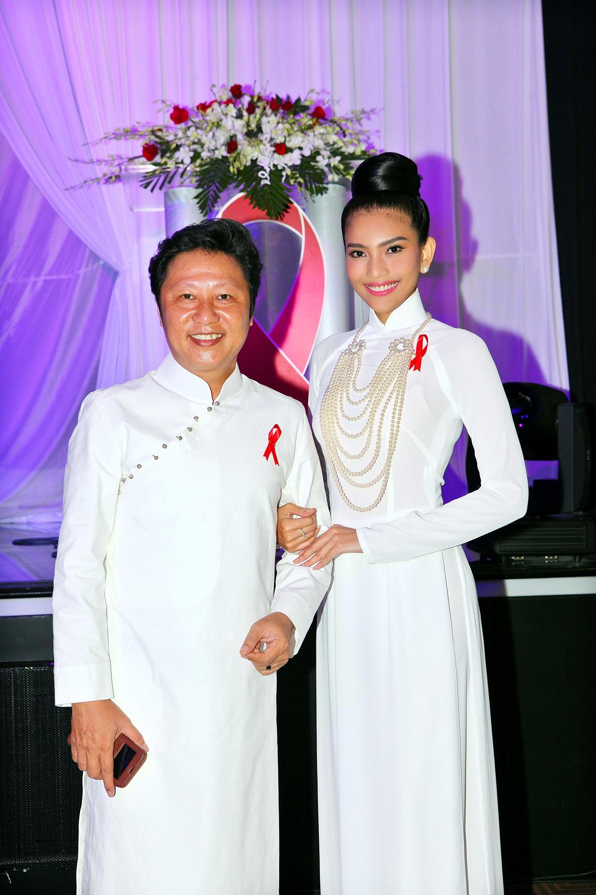 Nhà thiết kế Sỹ Hoàng đã tài trợ trang phục áo dài cho cô tham gia chương trình này