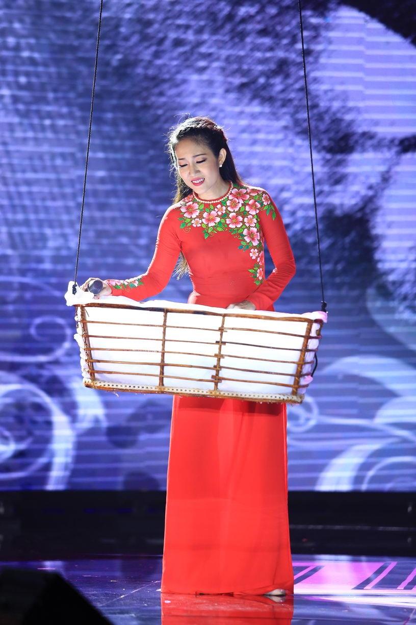 Tùng Dương cũng là một trong những khách mời lần này khi song ca cùng Thanh Thúy ca khúc