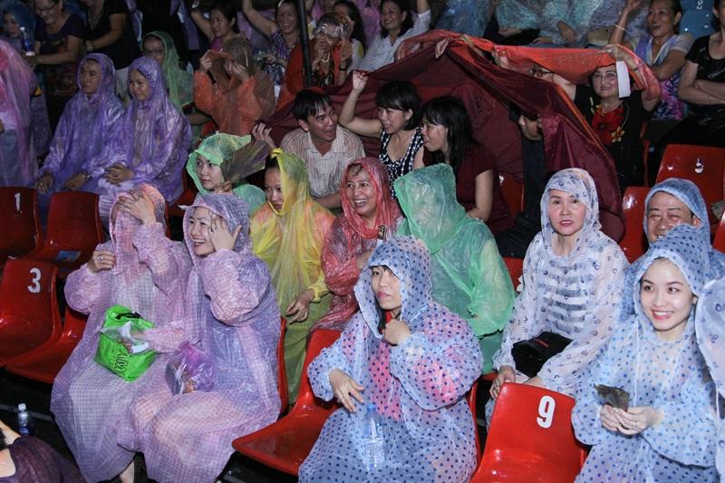 Khán giả đội mưa ngồi xem Đàm Vĩnh Hưng và các nghệ sĩ biểu diễn