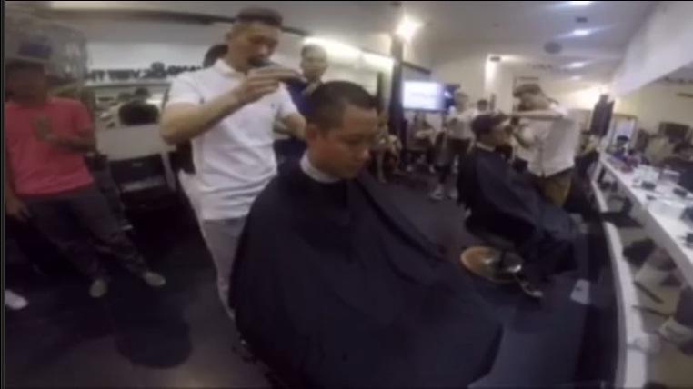 Các thợ làm tóc đang giúp nam ca sĩ hiện thực hóa lới hứa của mình