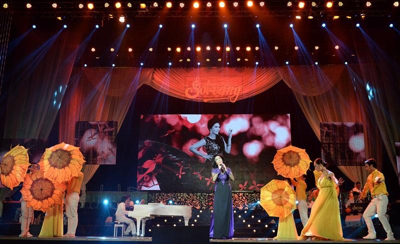 Trong chương trình đặc biệt lần này, Họa Mi hát liên tục 19 bài nh