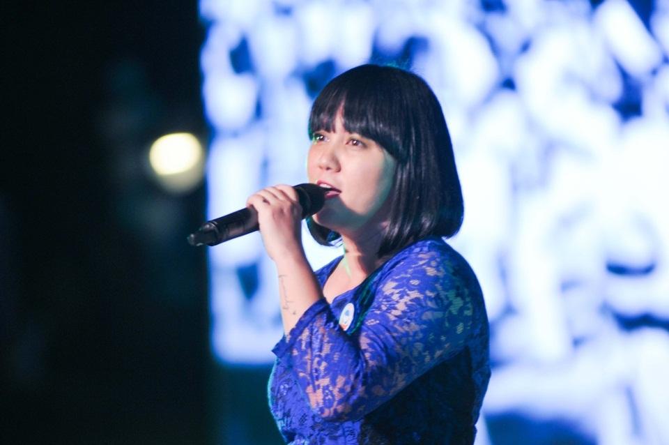 """Ca sĩ Ngọc Ánh mặc áo bà ba và thể hiện ca khúc """"Vườn cây của ba"""""""