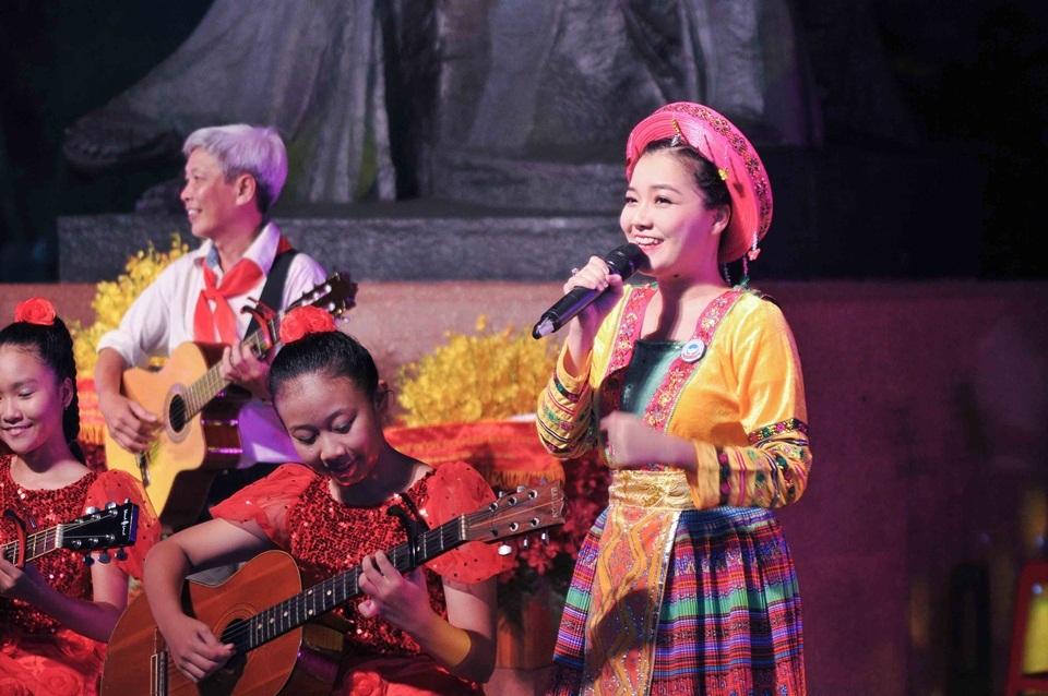 Thanh Ngọc cũng tham gia trình diễn một ca khúc mang âm hưởng núi rừng Tây Bắc