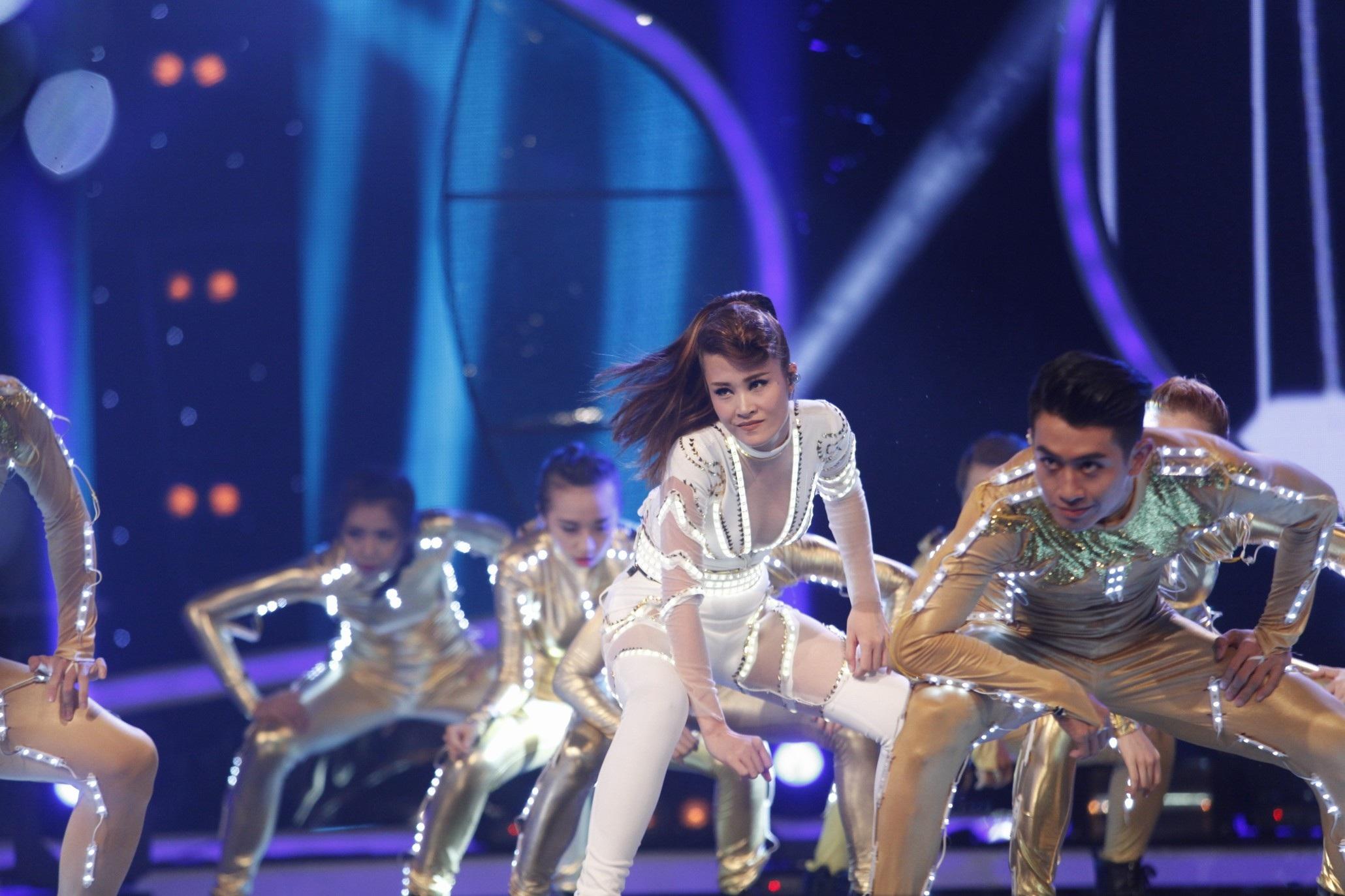 Đông Nhi sôi động cùng vũ đoàn trong ca khúc Hot