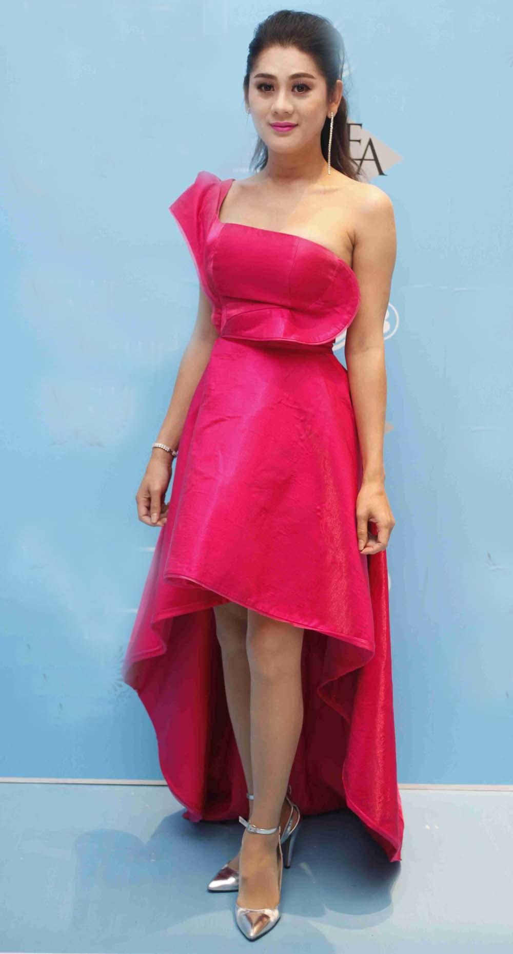 Người đẹp Khánh Chi Lâm điệu đà với váy đỏ