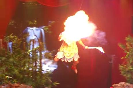 Tiết mục múa lửa làm cháy chân mày của Bảo Lâm