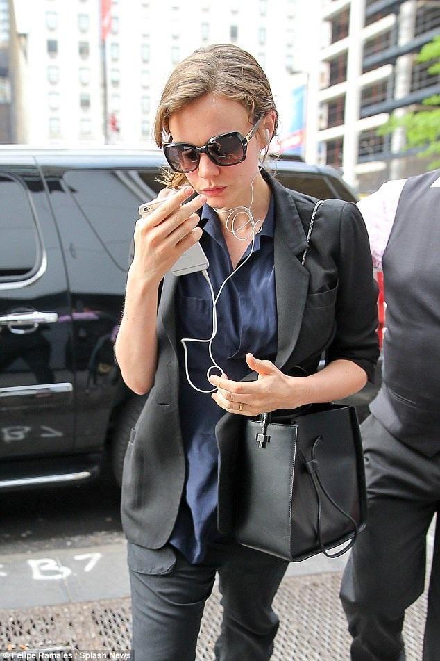 Nữ diễn viên dạo phố New York.