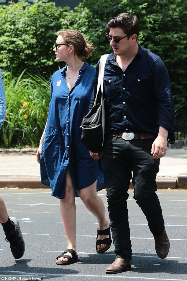 Carey mang một chiếc áo rộng thùng thình cùng chồng