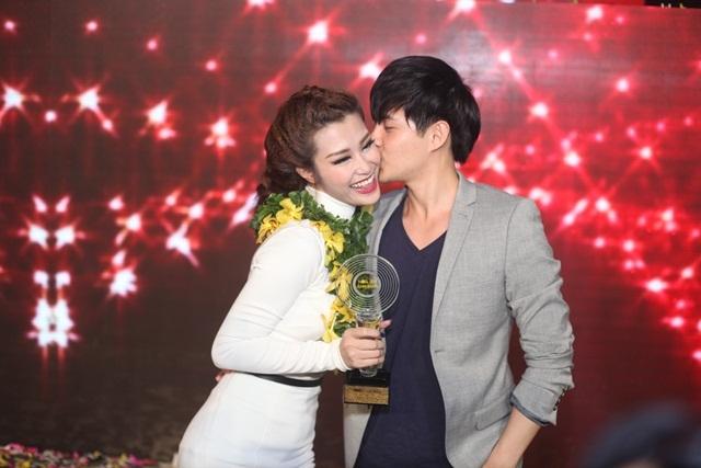 Ông Cao Thắng hôn chúc mừng người yêu sau khi cô giành chiến thắng cao nhất tại chương trình