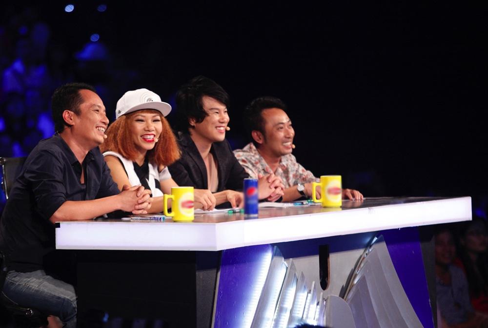 Bộ tứ giám khảo nhạc sĩ Anh Quân, Trần Thu Hà, ca - nhạc sĩ Thanh Bùi và đạo diễn Nguyễn Quang Dũng