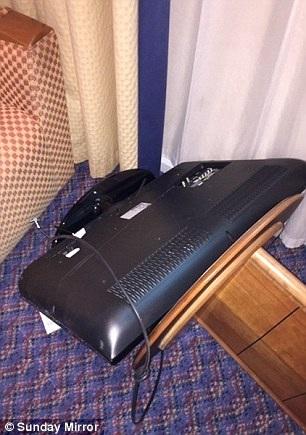 Con trai Tom Hanks đập phá tại khách sạn