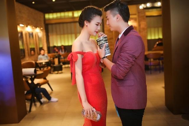 Trong chương trình ra mắt phim của Hoàng Oanh, Huỳnh Anh chăm sóc người yêu rất tận tình và chu đáo