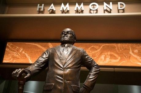Bức tượng nhân vật Hammond trong công viên khủng long