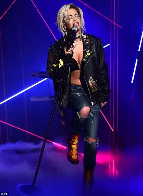Rita Ora diện bộ trang phục táo bạo
