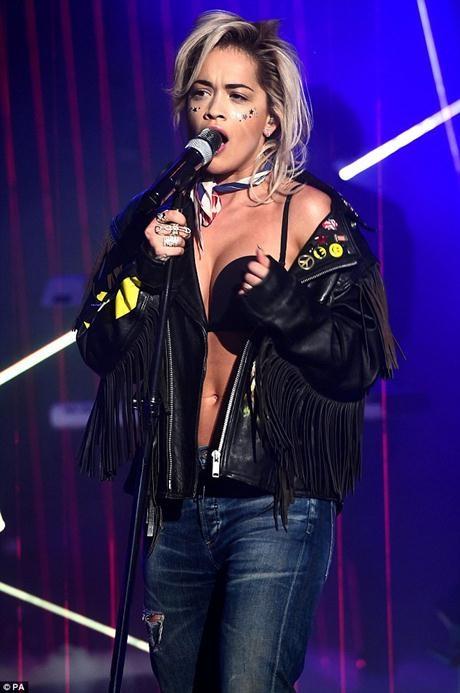 Nữ ca sĩ lộ cả nội y khi biểu diễn