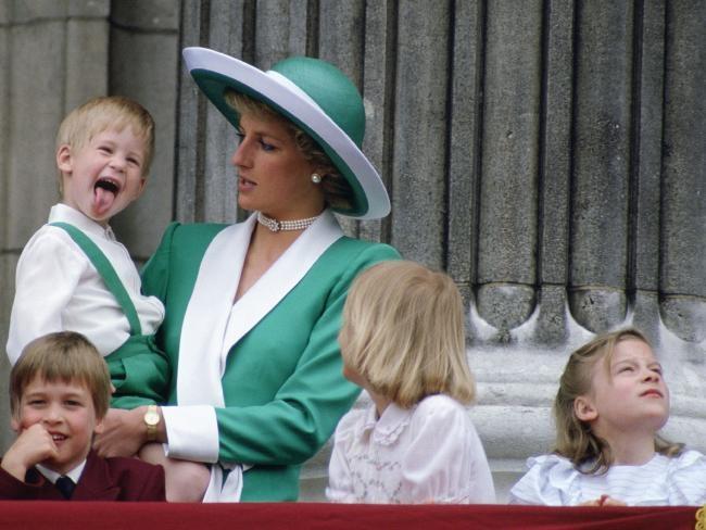 Hoàng tử Harry lúc nhỏ cũng phải bày trò mới có thể ăn được nhiều.