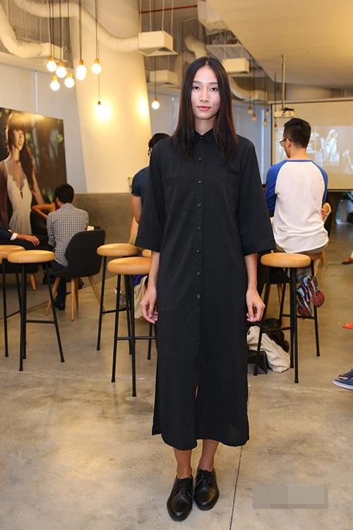 Chiếc áo sơ mi dài chấm chân trông