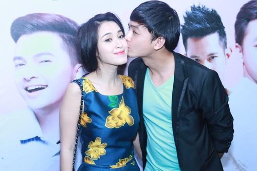 Văn Anh công khai hôn Tú Vi trong một chương trình ra mắt phim