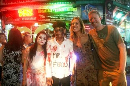 Khách Tây vui vẻ bên các zombie (xác sống được nhân viên quán đóng)