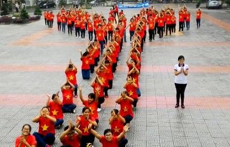 Chữ Y (tượng trưng cho Đại học Y Dược) được các em xếp ở cuối bài và đồng thanh cảm ơn thầy cô giáo