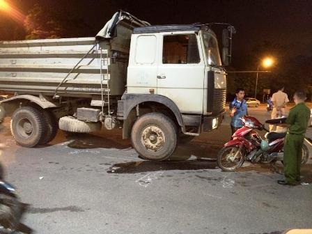 Chiếc xe tải nằm ở phần đường bên phải của mình