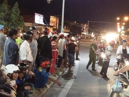 Khá đông người dân đến xem vụ tai nạn