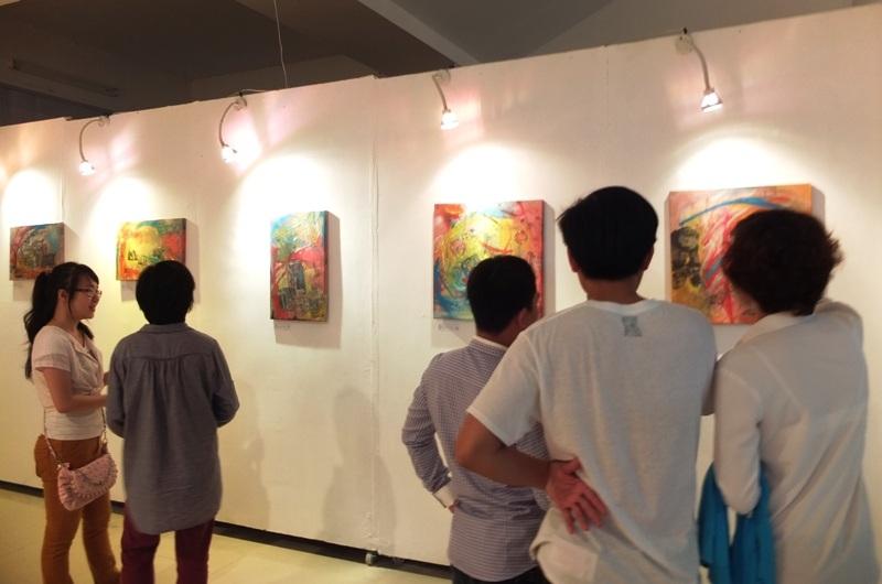 Công chúng xem triển lãm