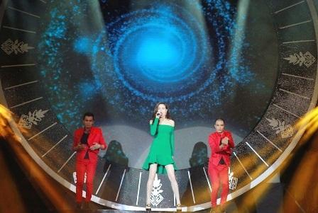 Ca sĩ Hồ Ngọc Hà biểu diễn cuốn hút và bốc lửa