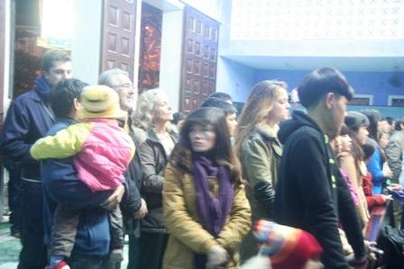Nhiều du khách tây tới làm lễ ở nhà thờ đêm Noel