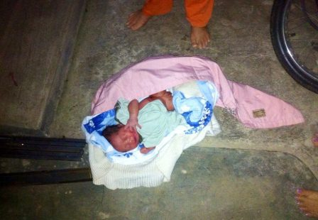 Bé trai bị bỏ rơi trong chùa đêm đông lạnh giá